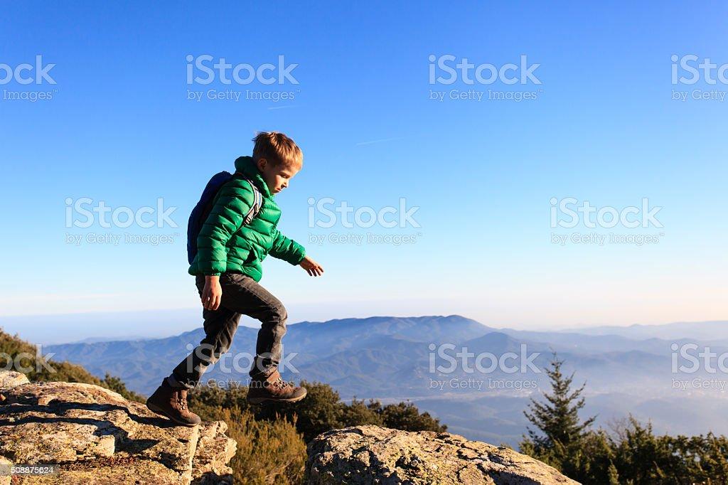 少年美しい山々でのハイキング ストックフォト