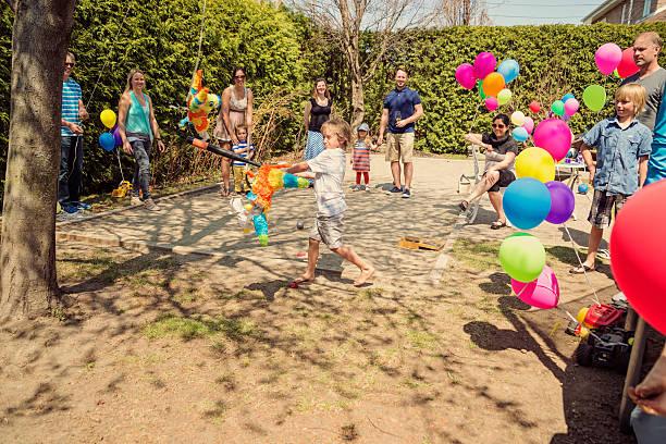Cтоковое фото Маленький мальчик, жесткой pinata на день рождения в пригород заднем дворе.