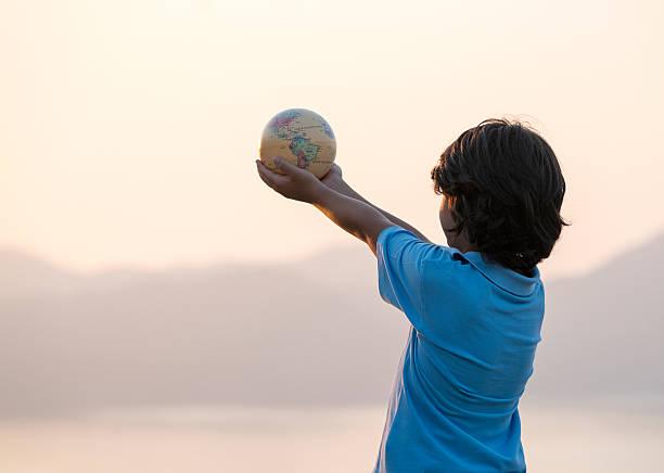 Little boy holding globe – Foto