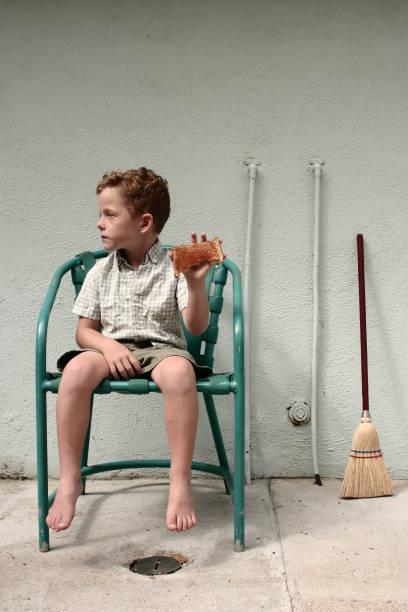 Kleiner Junge hält Toast – Foto