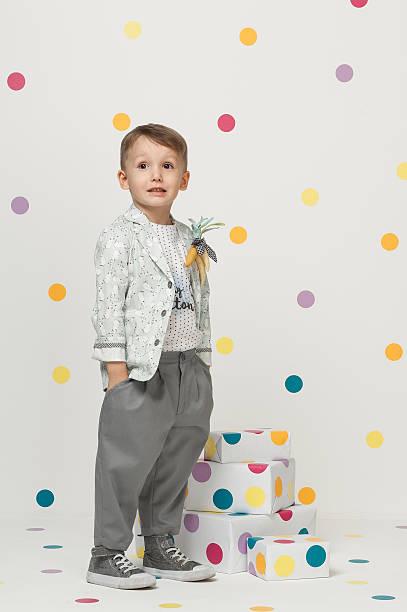 kleine junge in einem anzug - festliche babymode junge stock-fotos und bilder