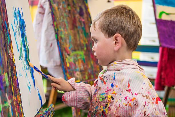 Kleine Junge in Kunst-Klasse – Foto