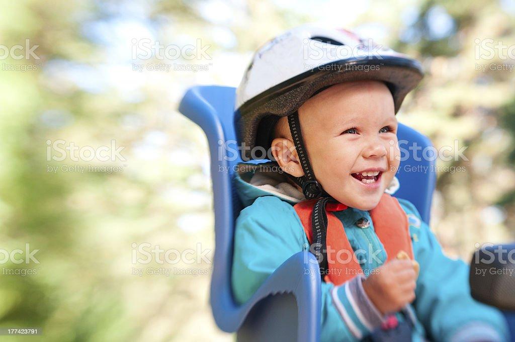 Kleine Junge mit Fahrrad ein Kindersitz glücklich Lachen – Foto