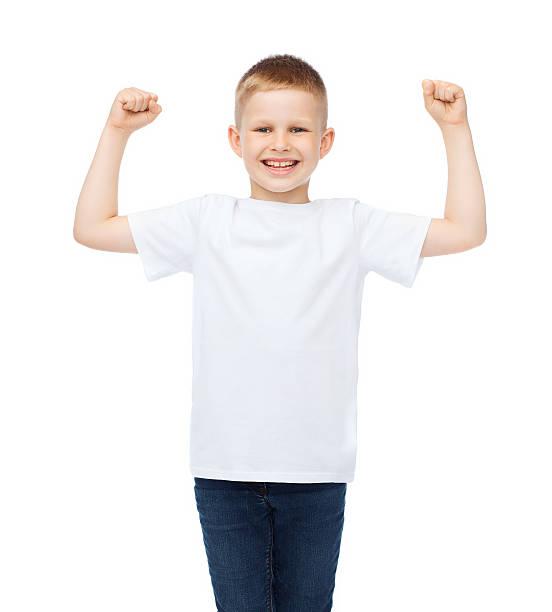 kleine junge in leere weiße t-shirt zeigen muskeln - schulkind nur jungen stock-fotos und bilder
