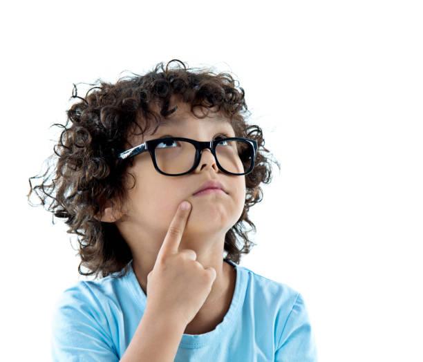 kleiner junge in gläsern, nachschlagen - fragen für jungs stock-fotos und bilder