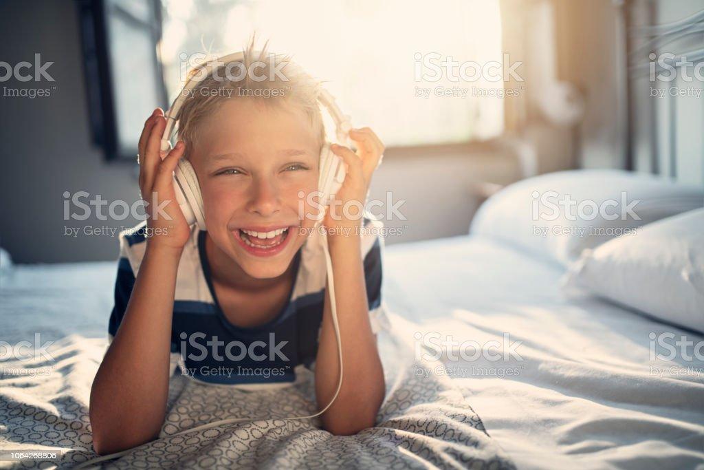Menino em fones de ouvido, ouvir música - foto de acervo