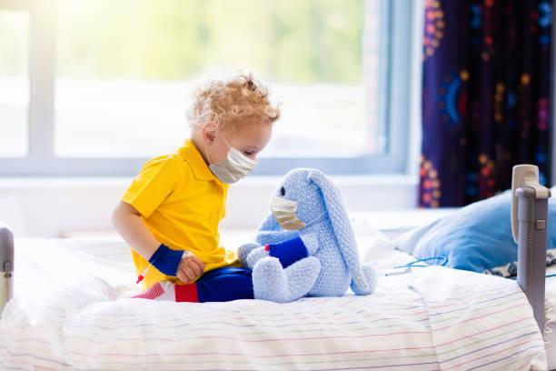 Kleiner Junge im Krankenzimmer. Virusausbruch. – Foto