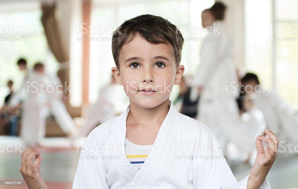 Kleine Junge im kimono meditation vor der Konkurrenz – Foto