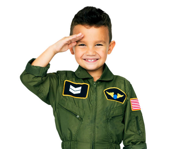 petit garçon en costume de pilote de l'aviation militaire studio portrait - enfant aviateur photos et images de collection