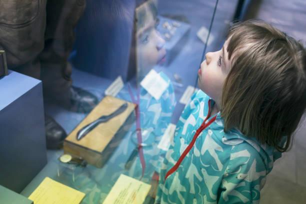 Kleiner Junge im museum – Foto