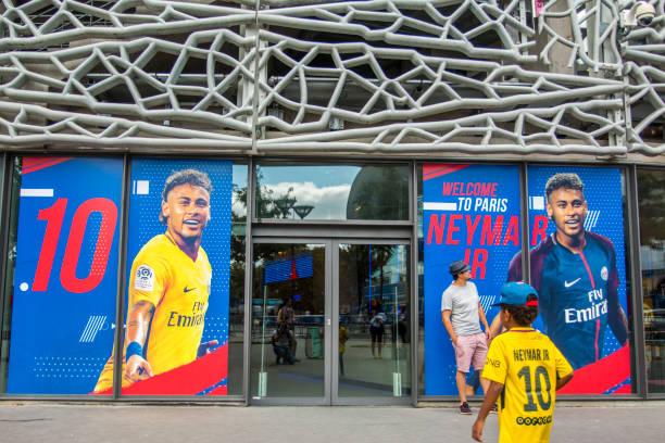 kleiner junge in neymar t-shirt im psg-store - fußball poster stock-fotos und bilder