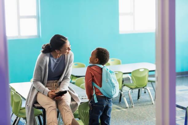 garotinho na pré-escola, a falar com o professor - professor - fotografias e filmes do acervo