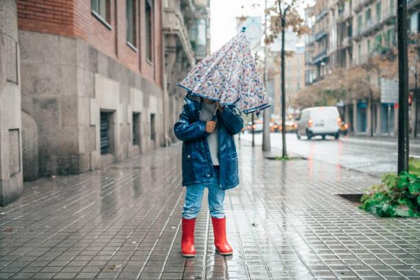 Kleiner Junge im Regen – Foto