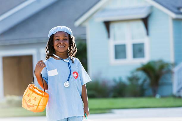 kleine junge in chirurg kostüm zu halloween - kleine jungen kostüme stock-fotos und bilder