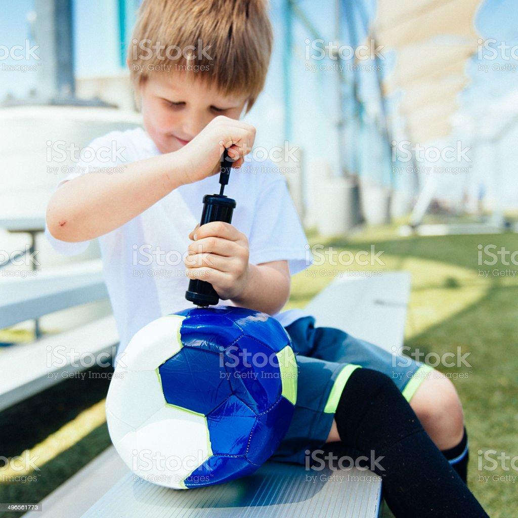 Kleine Junge Aufblasen football – Foto