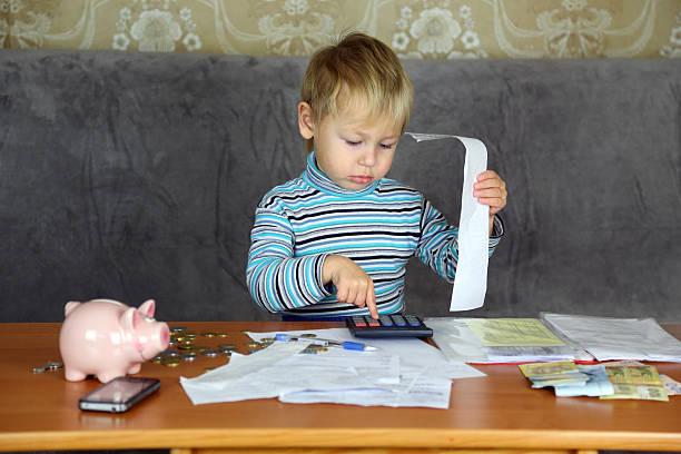 kleine junge ist buchhaltung - kindergeldantrag stock-fotos und bilder