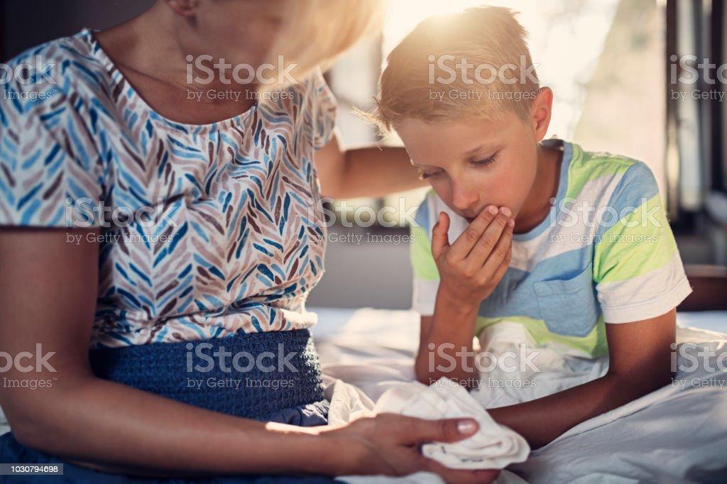 Little Boy ist sehr krank – Foto