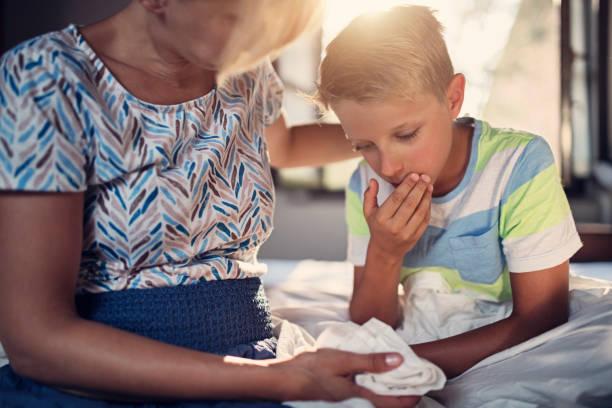 little boy ist sehr krank - kotze stock-fotos und bilder