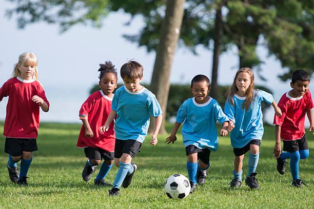 menino chutar uma bola de futebol - equipa de futebol - fotografias e filmes do acervo