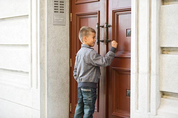 Kleine Junge Klopfen an der Tür – Foto