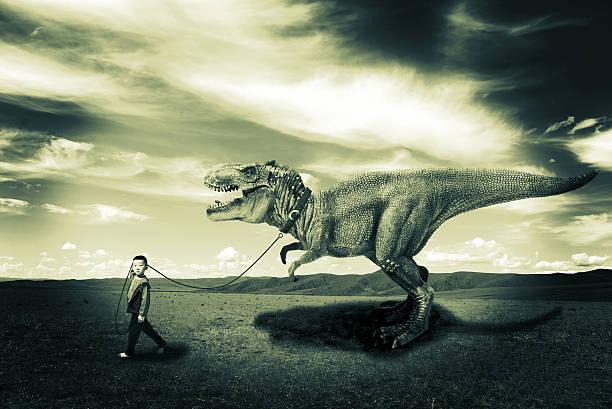 Kleine Jungen, die ein Dinosaurier – Foto