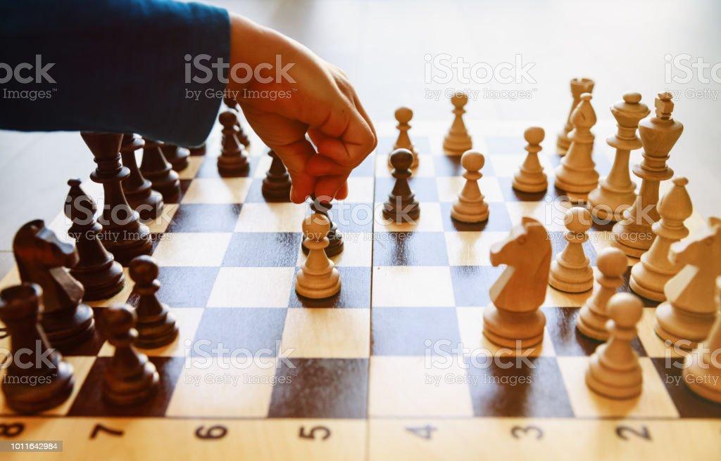 チェスを再生する学習の小さな男の子 ストックフォト