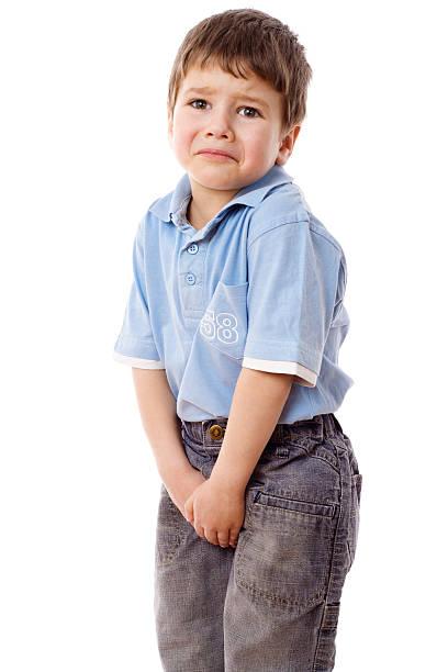 kleine junge eine pee - kinder wc stock-fotos und bilder