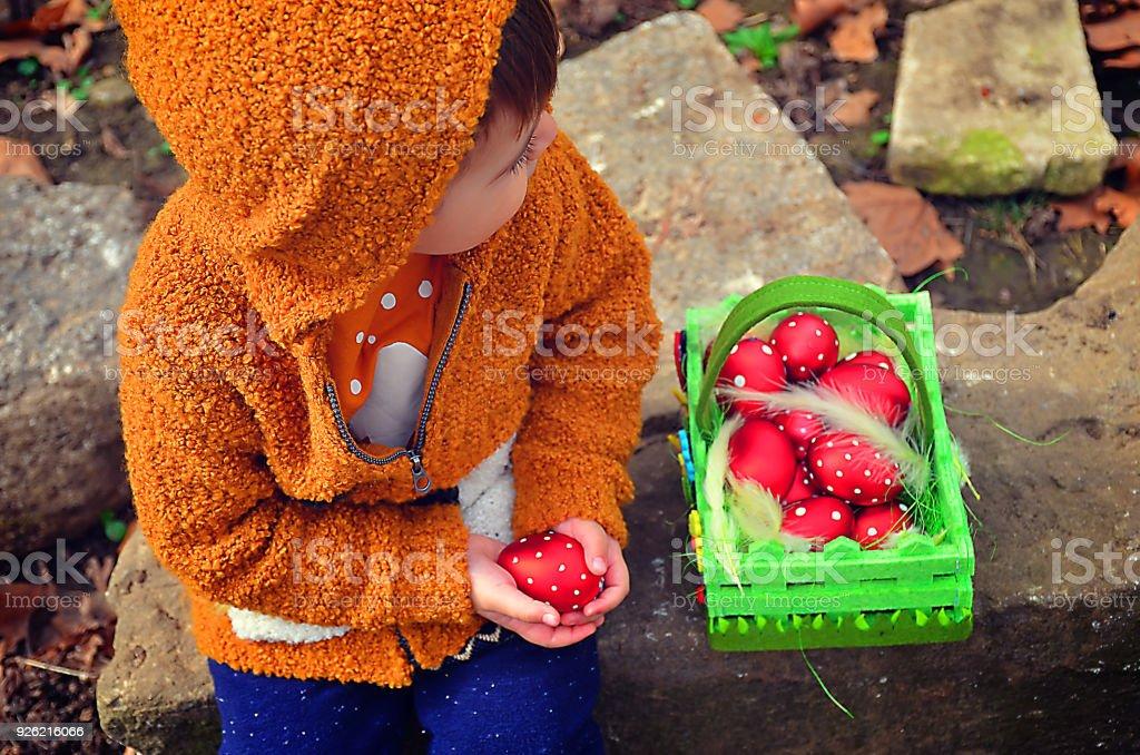 Kleiner Junge auf eine Ostereiersuche – Foto