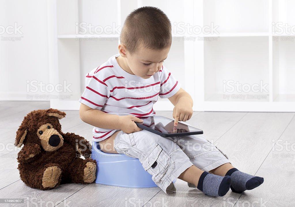 Little boy on blue orinal de niño con tablet PC - foto de stock