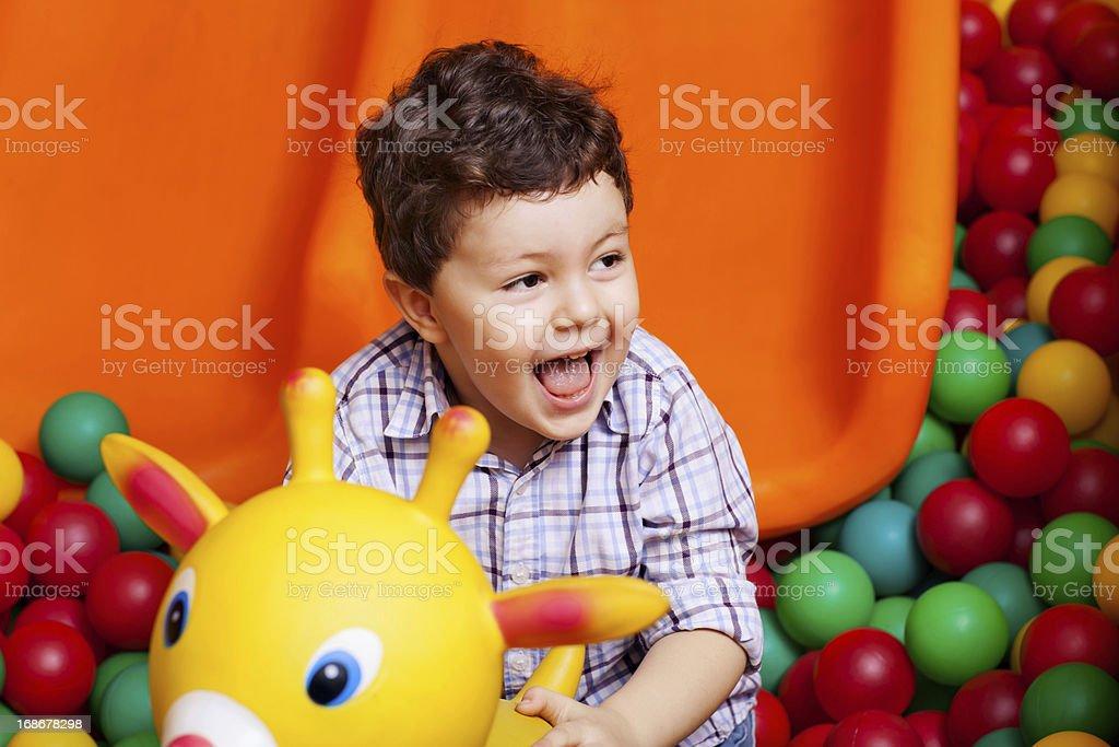 Kleine Junge auf dem Spielplatz – Foto