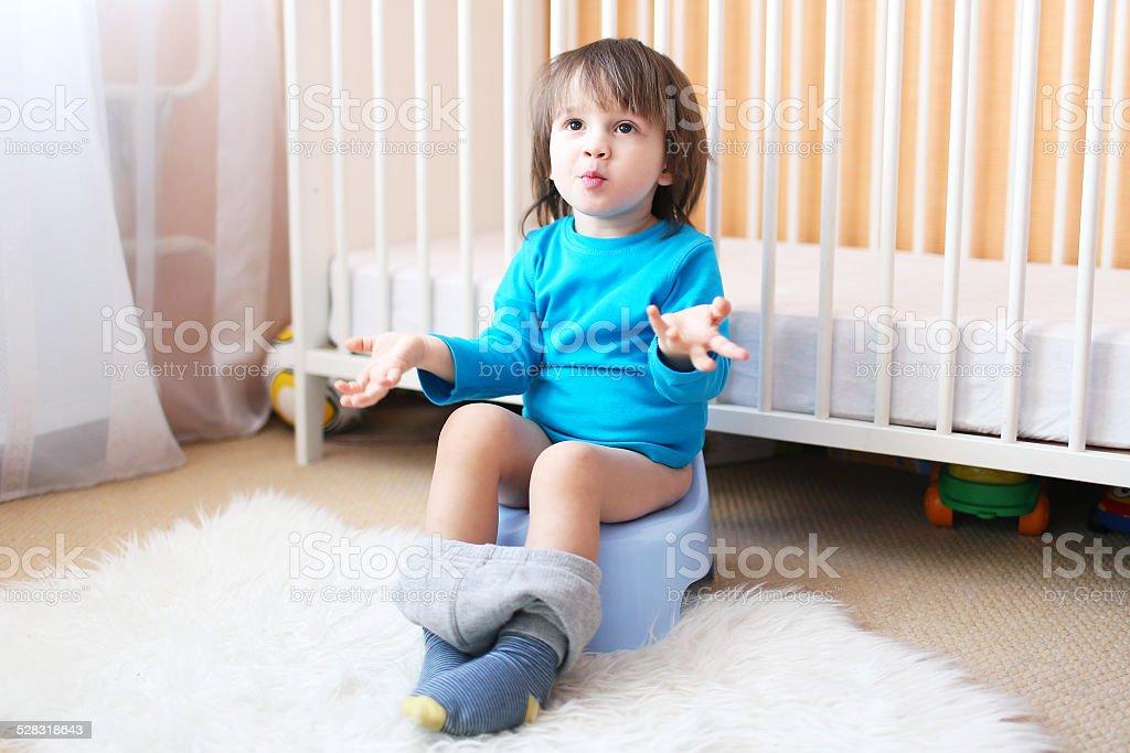 Little boy on orinal de niño - foto de stock