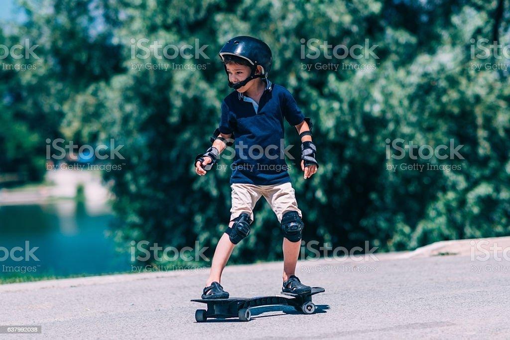 Little boy on the snakeboard - foto de acervo