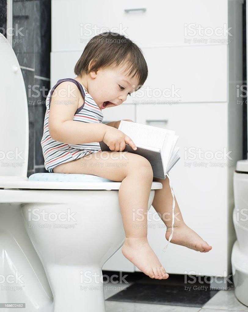 Little boy on sanitario - foto de stock