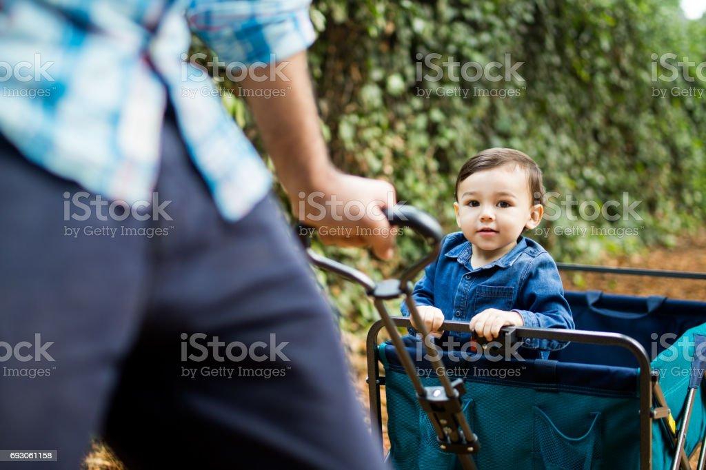 Kleiner Junge auf Spielzeug Wagen Blick in die Kamera – Foto