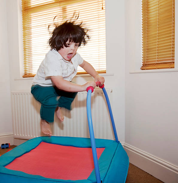 Kleine Junge auf Trampolin – Foto