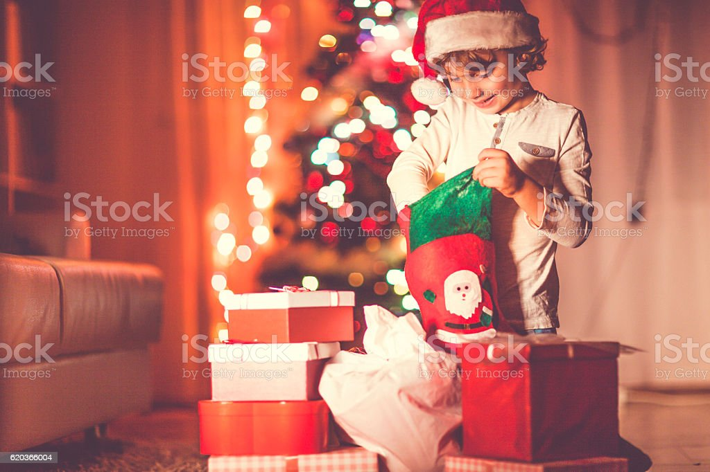 Little boy opening his Christmas gifts foto de stock royalty-free