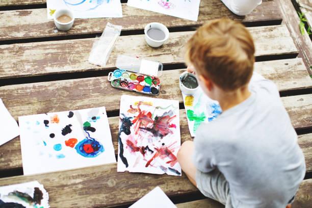 Kleine Junge Malerei – Foto