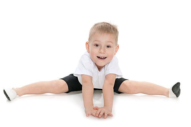 Kleine Junge spielt gymnastic Übungen – Foto
