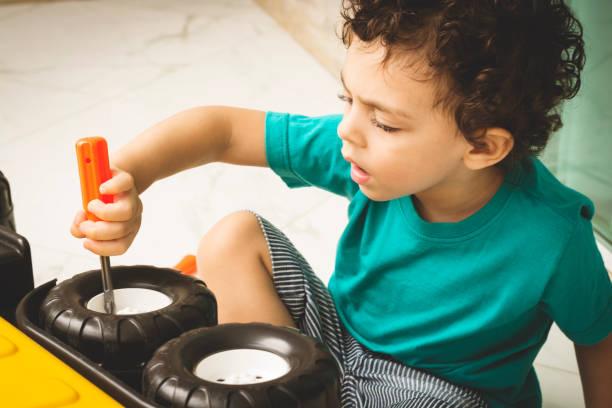 kleine jungen - kindergarten handwerk stock-fotos und bilder