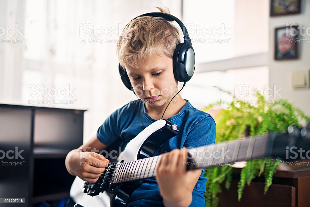 Kleiner Junge spielt E-Gitarre Lizenzfreies stock-foto
