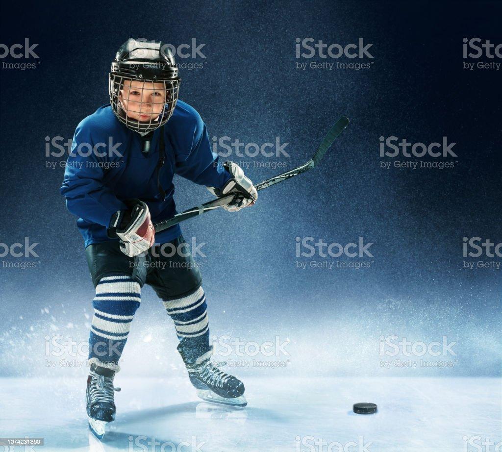 Little boy playing ice hockey - Foto stock royalty-free di Abbigliamento da neonato