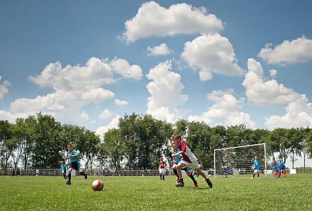 Kleine Junge spielt Fußball – Foto