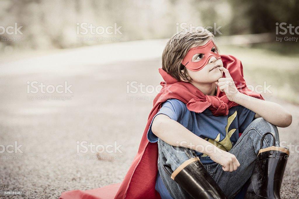 Poco chico jugando superhéroe al aire libre. Imagine, Vestido. foto de stock libre de derechos