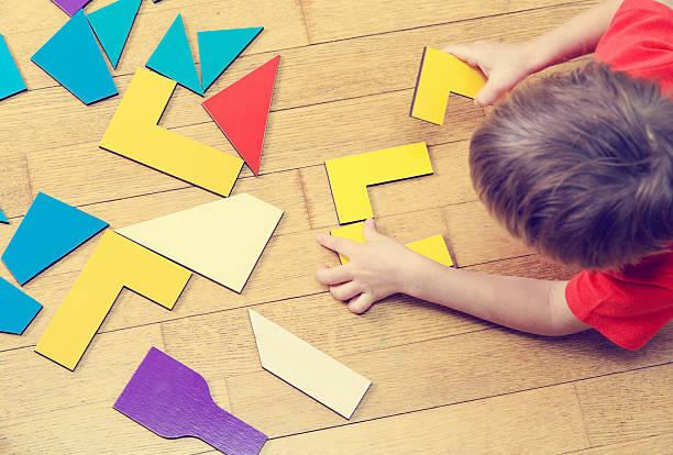 Niño pequeño jugando con rompecabezas, de preescolar - foto de stock