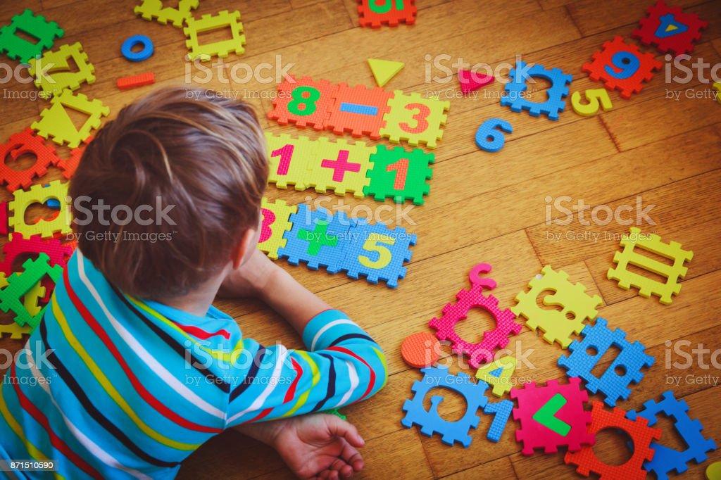 少年教育概念パズルで遊んで ストックフォト