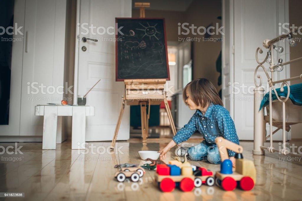 Kleiner Junge spielt mit Spielzeug – Foto