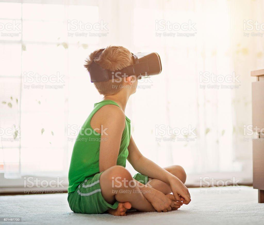 Piccolo ragazzo che gioca con Cuffia di realtà virtuale foto stock royalty-free