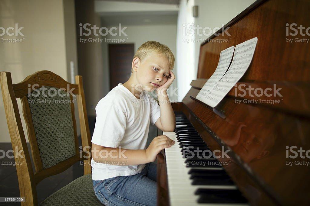 kleine junge spielt klavier stockfoto und mehr bilder von