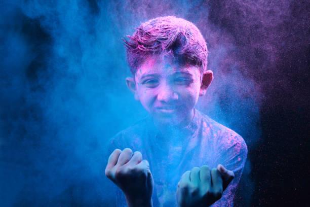 kleiner junge spielt mit den farben - indische gesichtsfarben stock-fotos und bilder