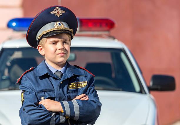 little boy oficial de policía - feliz dia del policia fotografías e imágenes de stock